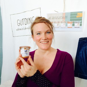 """Mitgründerin von Gutding, Agapi mit einem Glas """"Schnucki"""" Aufstrich"""