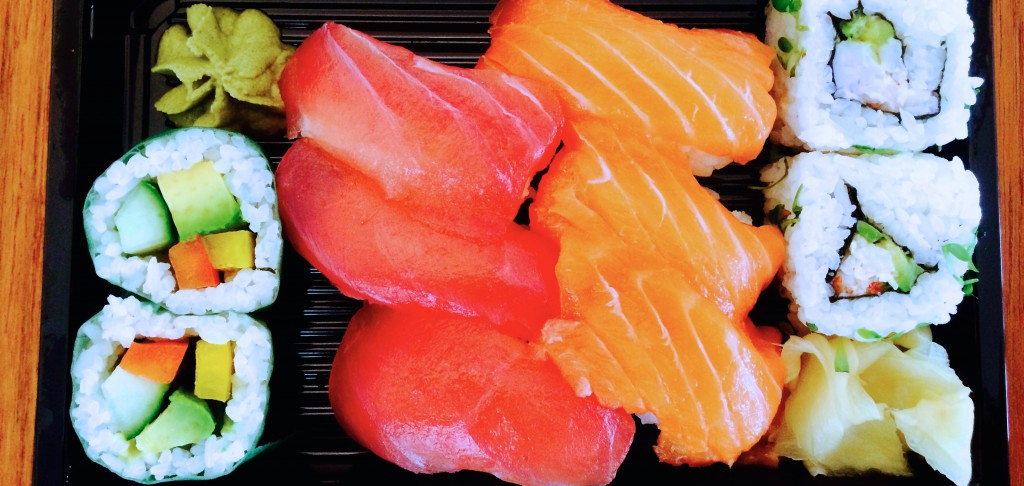 Sushi Box mit verschiedenen Sushi-Varianten