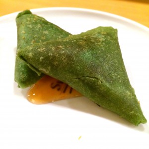 Dreieckige, grüne Gemüsetaschen mit süß-sauer Soße