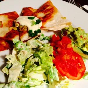 3 Quesadilla mit heller Soße, grüner Kopfsalat und Tomaten