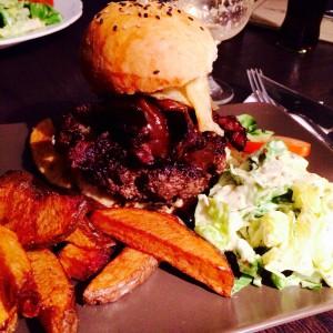 Baconburger mit Chips, Pommes und Salat