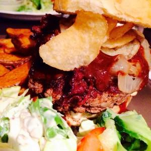 Chips auf dem Bacon Burger