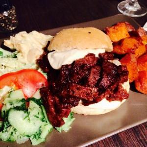 Veganer Pulled Pork Burger mit Salat und Süßkartoffel-Fries