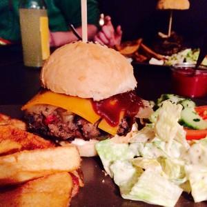 Cheeseburger mit Pommes und Salat