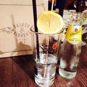 Hendricks on ice mit Zitrone am Stiel und Schweppes Tonic in der Flasche