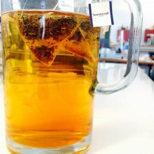 Glaskanne mit -gefärbten- Schwarzteewasser