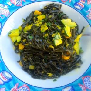 Schwarze Bandnudeln mit Shrimps und Zucchini in Safran-Sahnesauce
