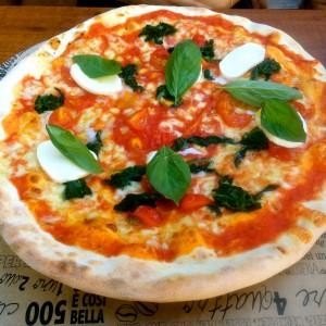 Pizza mit Tomate, Mozzarella, Spinat und Basilikum
