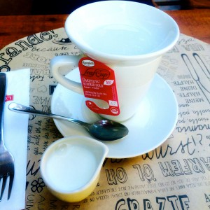 Teetasse mit Darjeeling Tee, Beutelteller, Mini-Milchkanne