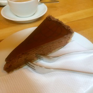 Ein Stück Schokoladenkuchen mit zwei Gabeln