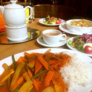 Reis mit Gemüsestreifen in Tomatensoße im Schanzenstern Hamburg