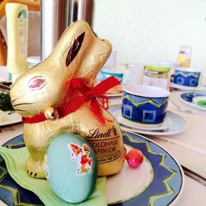 Lindt Goldhase mit gekochtem und gefärbten Ei