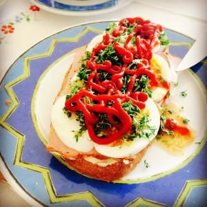 Weißbrot mit Fleischkäse mit Ei, Kresse und Ketchup