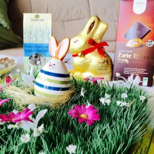 Dekorasen mit Ei in Hasenform, Schokolade im Hintergrund