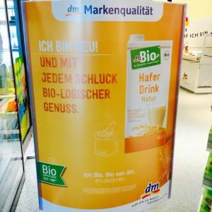 Werbedisplay zum dm Bio Haferdrink im Eingangsbereich
