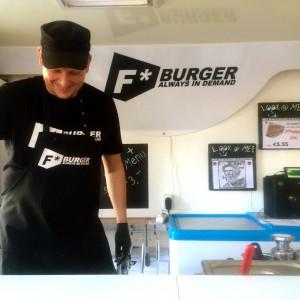 Blick ins Fenster des F Burger Truck