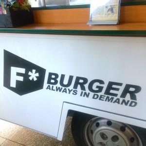 F Burger Logo auf der Vorderseite des Trucks