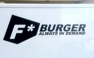 F Burger Logo auf der Rückseite des Trucks