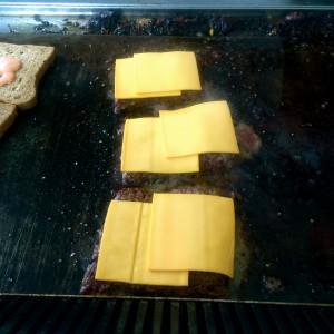 je zwei Scheiben Schablettenkäse auf drei Fleischstücken