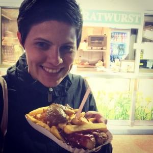 Stolz lächele ich mit meiner Currywurst/Pommes Ration