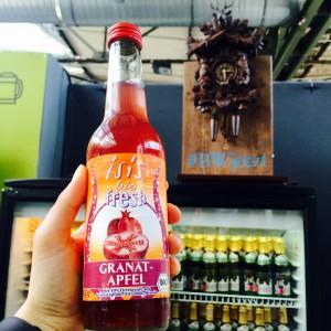 isis bio fresh Granatapfel Flasche mit Kühlschrank und Kuckucksuhr im Hintergrund