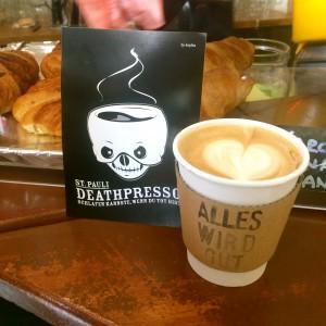 """Pappbecher mit """"Alles wird gut"""" Aufdruck, Herzmuster im Milchschaum, deathpresso Postkarte"""