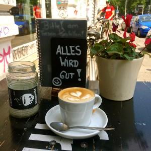 """Cappuccino mir Herzmuster im Milchschaum, Aufsteller mir """"Alles wird gut"""" Aufschrift, Pflanze und DIY Aschenbecher"""