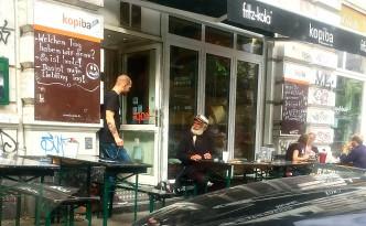 Außenansicht der kopiba mit Personal und Gast mit Matrosenhut