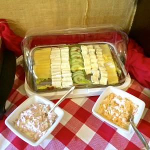 Käseplatte und Salate mit Mayonaise
