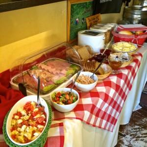 Buffet mit Salaten, Aufschnitt, Brot etc.