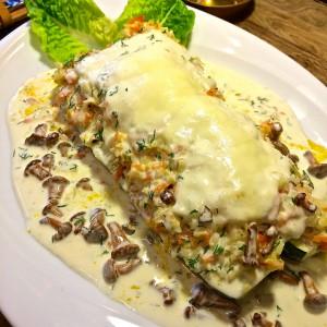 Mit Pfifferlingen und Gemüse gefüllte Zucchini und mit Käse überbacken