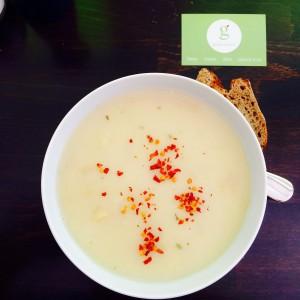 Spargelcremesuppe mit Chiliflocken, dazu Vollkornbrot, daneben die Green Lovers Visitenkarte