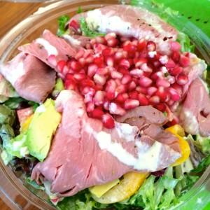 Rind Deluxe Salat mit Roastbeef, Granatapfelkernen, Avocado und Salatmix