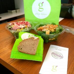 Green Lovers Papiertüte, zwei Salate, Vollkornbrot und die Speisekarte