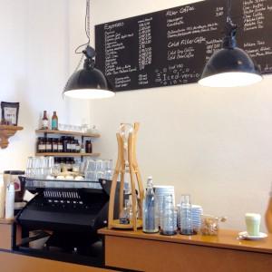 Bedientresen mit Kaffeemaschine und Menütafel im Hintergrund