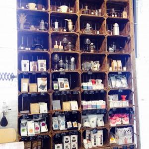 Holzregal mir vielen Produkten zum Kauf