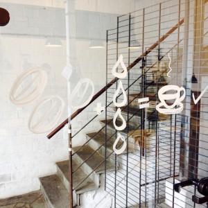 Blick ins Treppenhaus mit Malerei auf der Scheibe