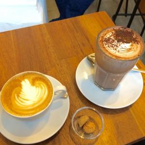 Cappuccino und Chococcino und zwei Amarettini
