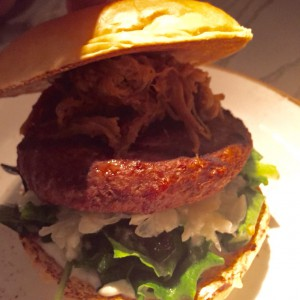 Burger mit Hack-Patty, Pulled-Pork, Coleslaw und Salat