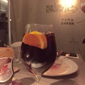 Africola mit Zitronenscheibe im Weinglas