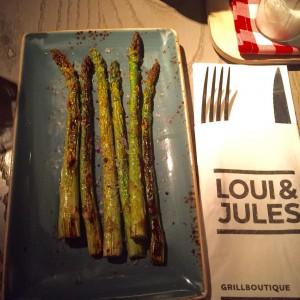 Teils angebrannter grüner Spargel, Bestecktasche mit Loui & Jules Bremen Logo