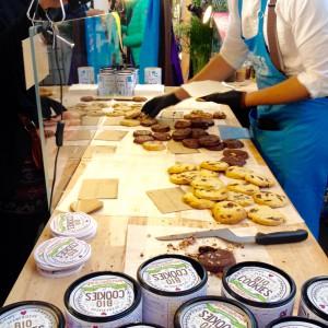 Cookie-Theke mit verschiedenen Cookies und Cookie-Dosen