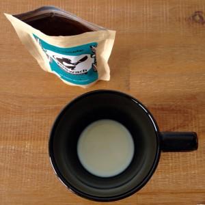 Tasse mit etwas Milch, koawach klassik Verpackung daneben