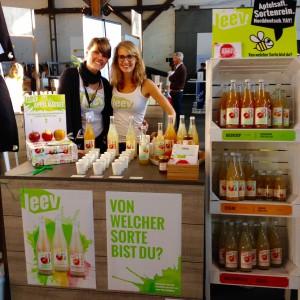 Christina mit Messebegleitung am leev Stand auf der eat&style Hamburg