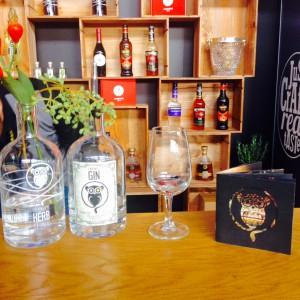 Gin Kostprobe umgeben von Clockers Produkten