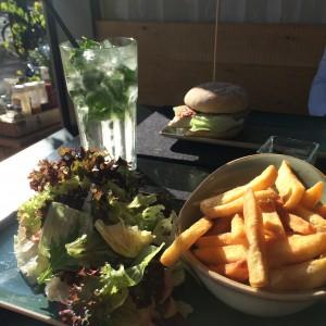 Salat mit verstecktem Bratling, Fritten, Burger und hausgemachte Limo