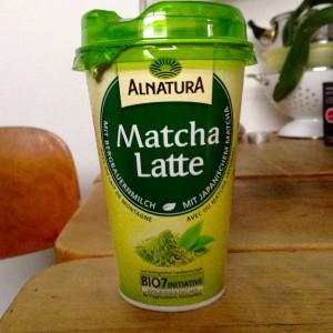 Alnatura Matcha Latte auf meinem Küchentisch