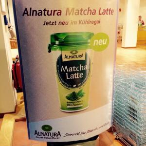 Alnatura Matcha Latte Werbung am Eingang