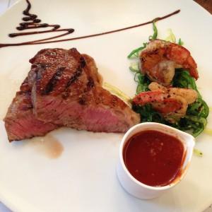 medium Steak mit Garnelen und Soße