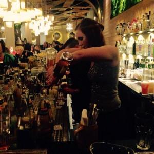 Barkeeperin beim Cocktail zubereiten